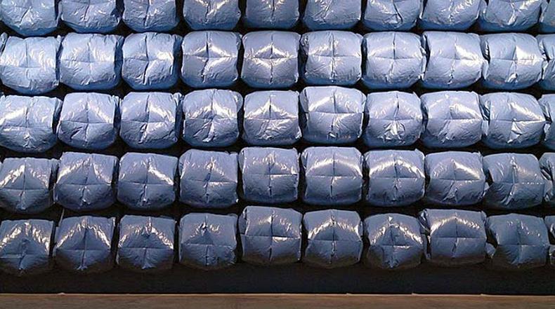 Artista transforma bolsas de basura en una pared de píxeles pulsantes que imitan las olas del océano