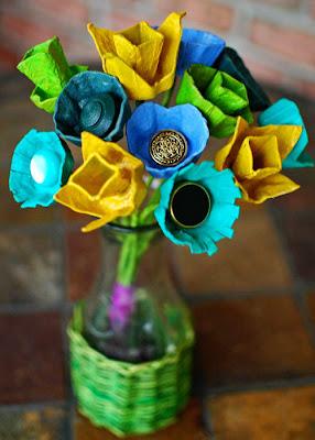 Flores feitas com cartelas de ovos - passo a passo