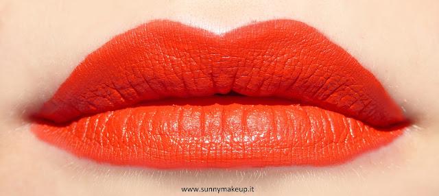 Swatch sulle labbra. Pupa - I'm Matt Lip Fluid. Rossetto liquido opaco nella colorazione 033 Orange Juice.