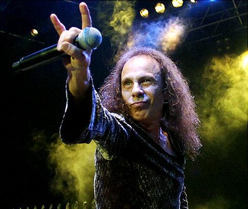Ronnie James Dio haciendo el gesto de los cuernos