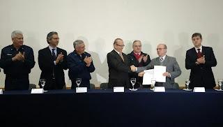 Eliseu Padilha e o prefeito Cezar Schirmer assinam outorga  do aeroporto do município.