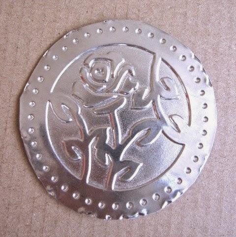 segundo paso tag febrero (1): círculo de estaño embossado con una rosa