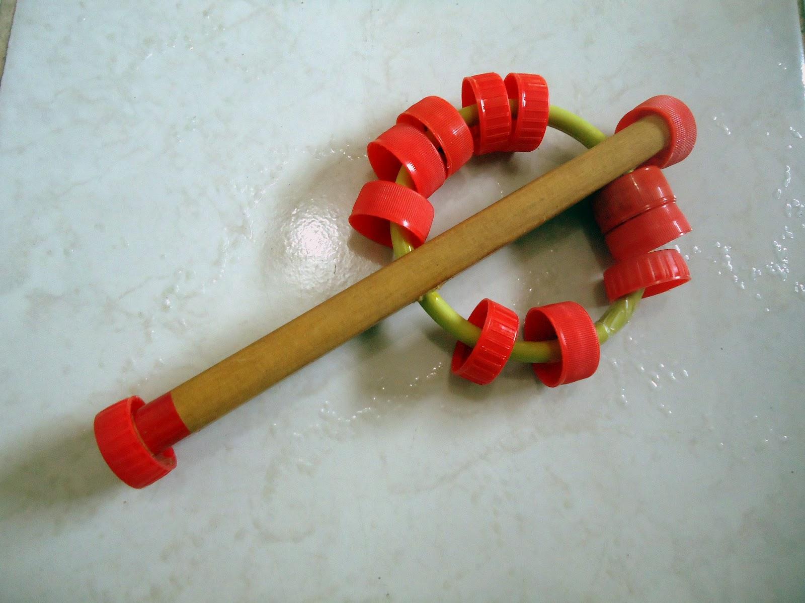 Chocalhos feitos com madeira tampas de garrafa PET e argolas de  #841F10 1600x1200