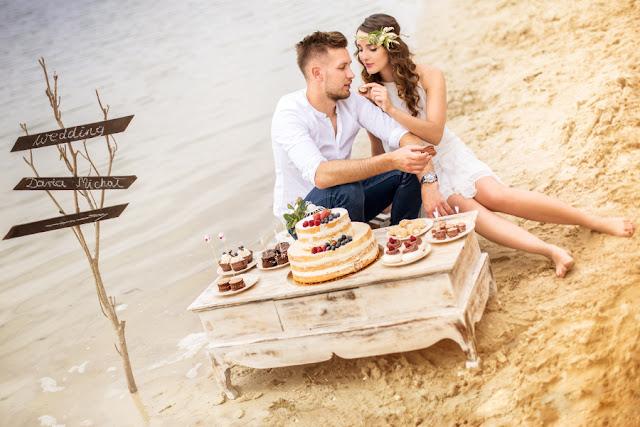 Dekoracje słodkiego stołu ślubne na plaży