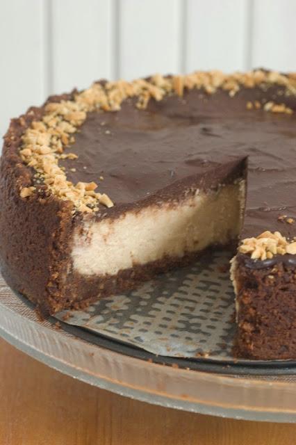 עוגת גבינה עם חמאת בוטנים ושוקולד
