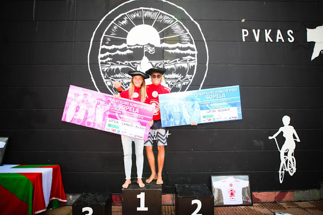 2 Gatien Delahaye GLP and Leticia Canales Bilbao EUK Pena Txuri Junior Pro Sopela Foto  Laurent Masurel WSL
