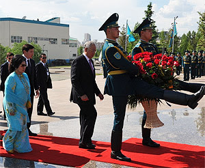 Najib Rosmah Merisik Kazakhstan