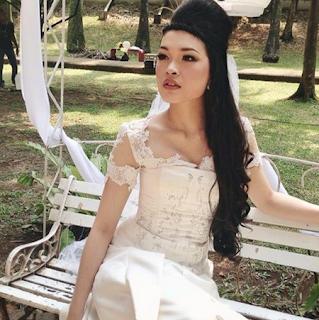 Foto Maya Muaya Pose Model