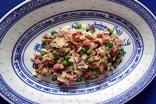 Рис с ветчиной и зелёным горошком-приготовление