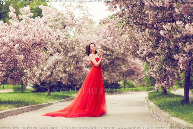 фотосессия на фоне сакуры в красном платье
