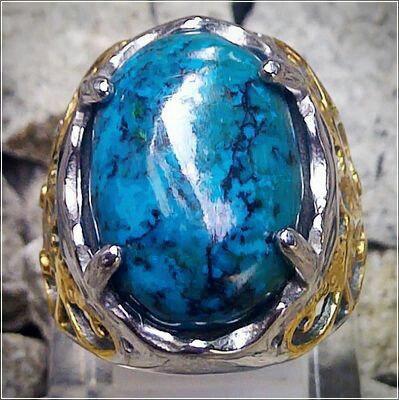 Batu chrysocolla biru memiliki corak