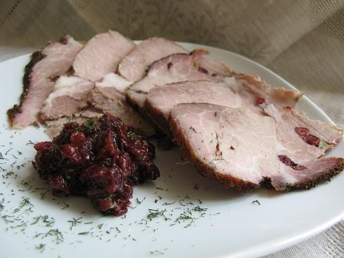 Мясо,шпигованное клюквой и чесноком,запеченное