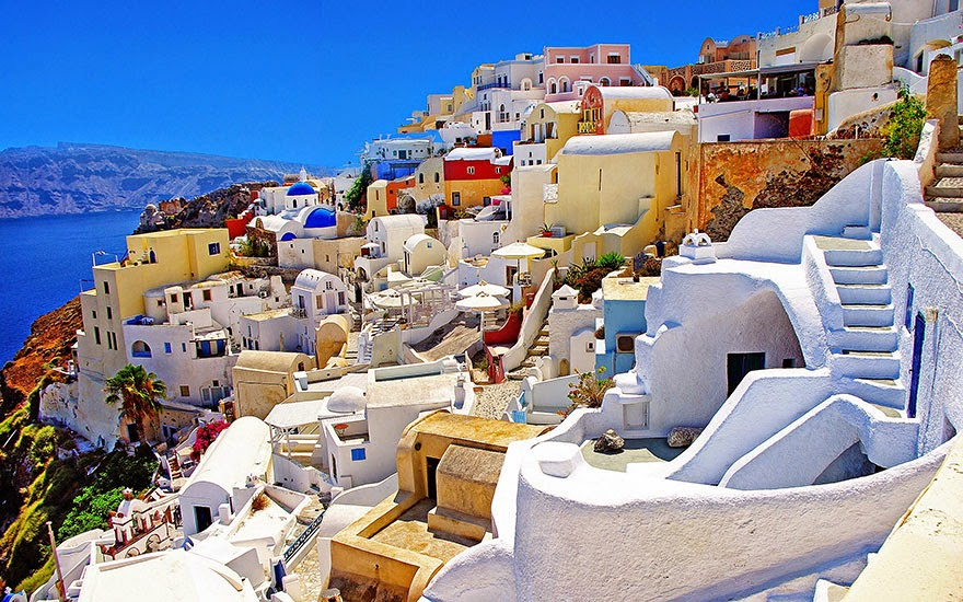 16 Of Your Favorite Landmarks Photographed WITH Their True Surroundings! - Santorini, Greece