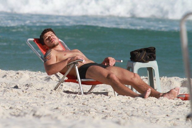 José Loreto aproveitou o dia ensolarado na praia da Barra da Tijuca