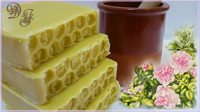 Jabón de miel y cera de abejas.