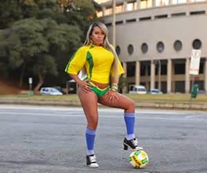 A Funkeira Musa da Águia de Ouro , fez sensual inspirado nas cores da seleção brasileira