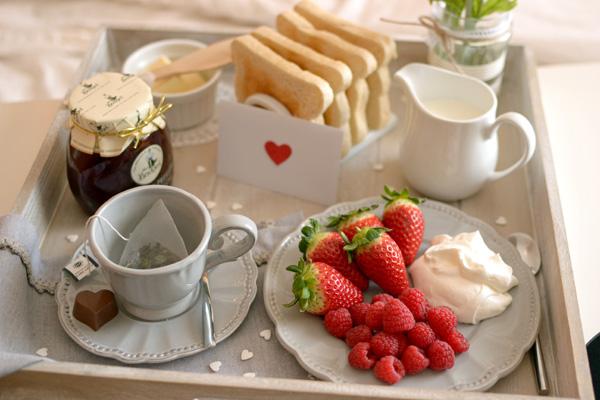 La chica de la casa de caramelo desayuno en la cama por san valent n - Bandeja desayuno cama ...