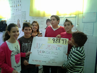 Seis alumnos muestran la simulación del cupón de la ONCE que han elaborado