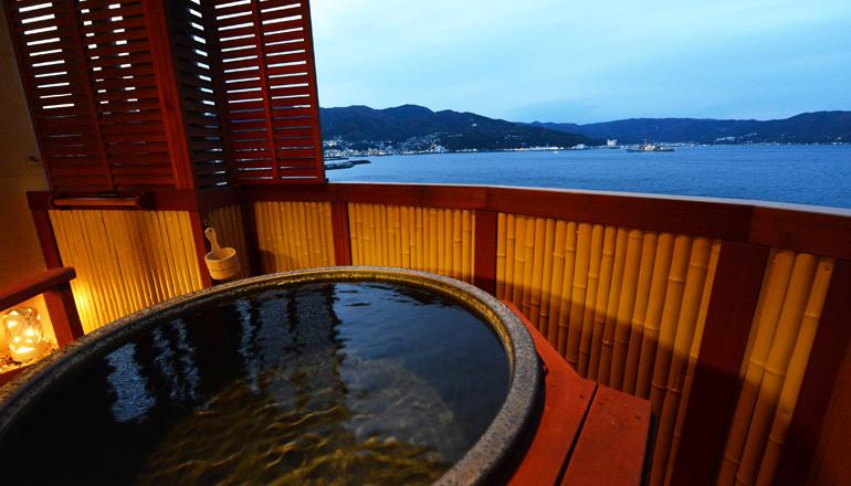 広いアーチ型のバルコニーには専用温泉露天風呂を設置。絶景のオーシャンフロントビューを一人占めして下さいませ。<br>客室とは障子で完全に区分けも出来ます。