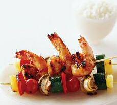 Scampi brochette met groenten, ananas, champignons en garnalen, geserveerd met een kommetje rijst