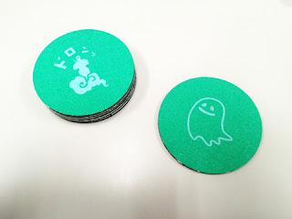 硬質プラスチックに貼り合わせた消えるコースター試作品