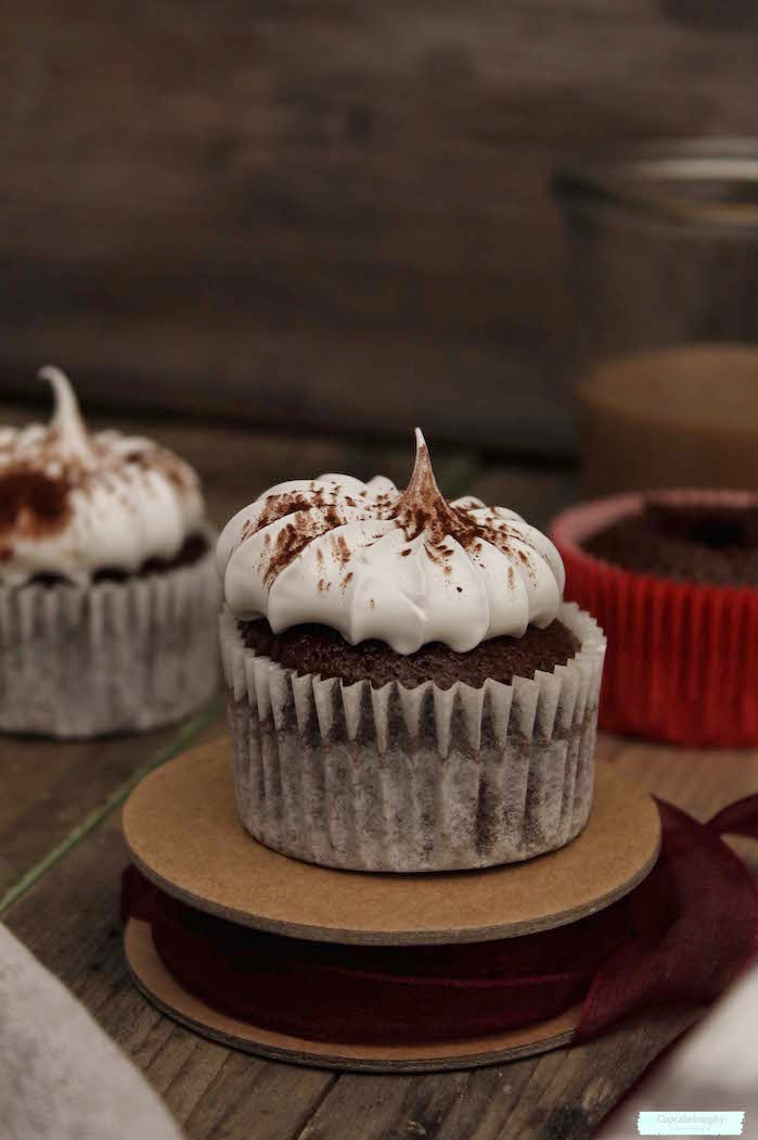 Cupcakes de chocolate con frosting de merengue