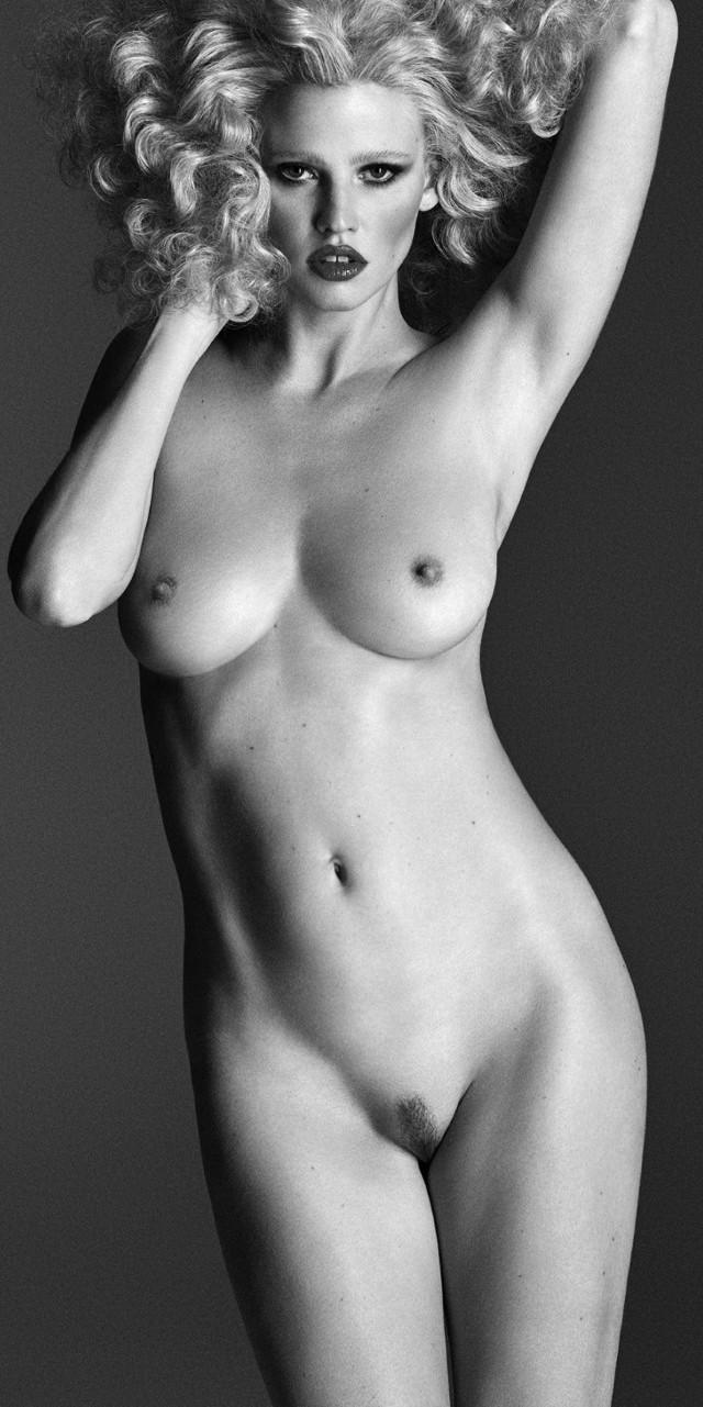 Lara Stone desnuda en Lui magazine