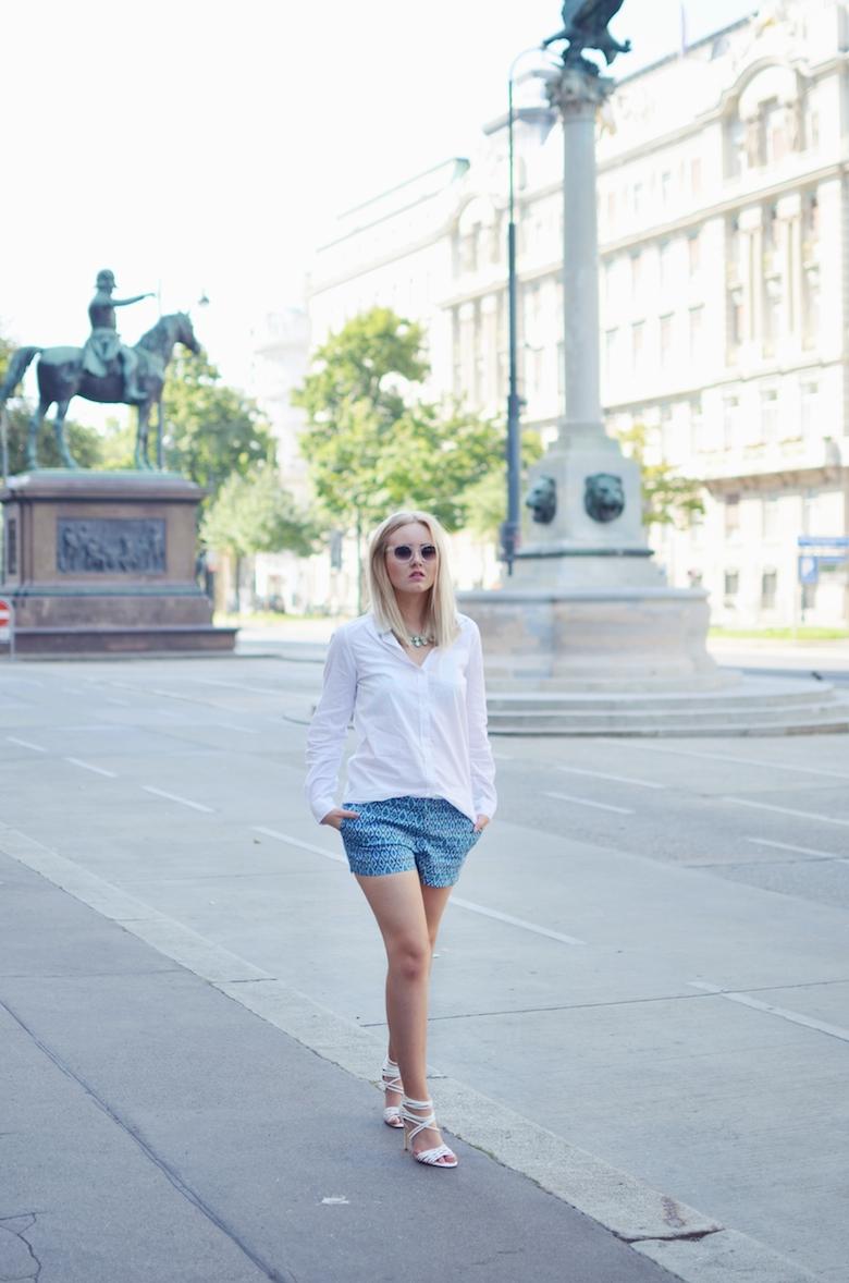 Citytrip_Outfit_gemusterte_Shorts_weißes_Hemd_weiße_Sandaletten_runde_transparente_Sonnenbrille_ViktoriaSarina