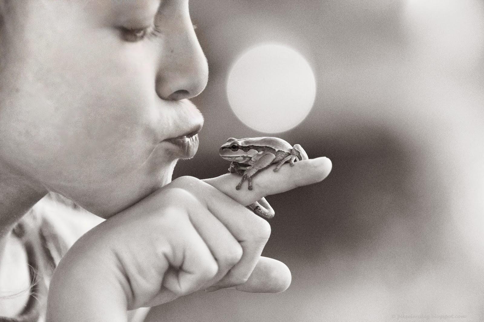 black and white, dzieci, fotografia dziecięca, Agata Raszke, Bory Tucholskie, żaba, childrenphotography, B&W