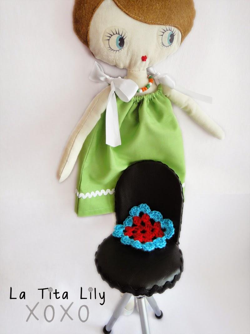 Silla de muñecas hecha con un mini trípode. Ejemplo con muñeca.