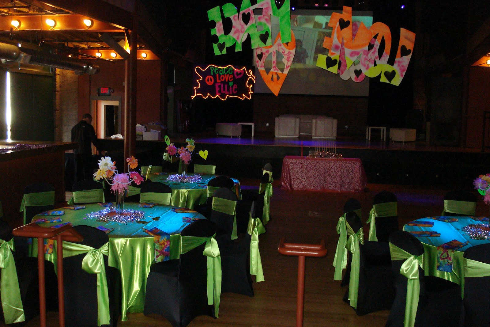 Glow in the Dark Centerpiece http   andreasolomon blogspot com 2012 03    Glow In The Dark Centerpieces
