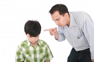 padre riñendo a su hijo
