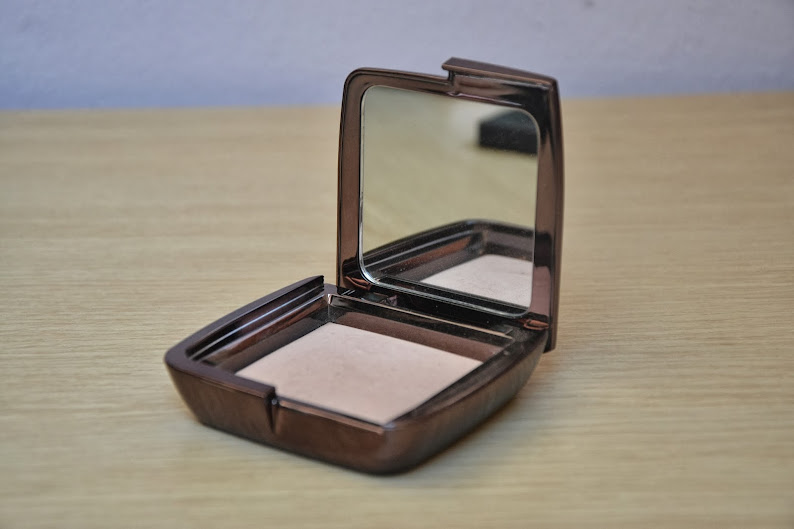Review: Hourglass Ambient Lightning Powder in Dim Light