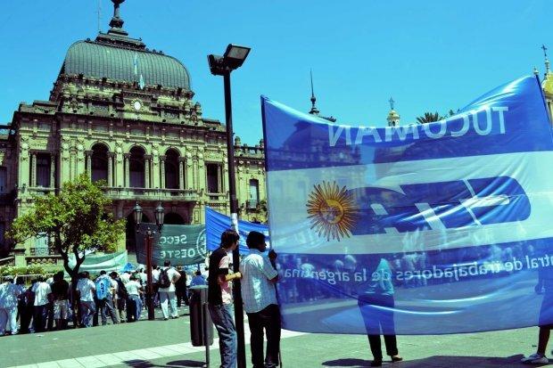 Con una masiva marcha a la Plaza, Tucumán sintió el paro general