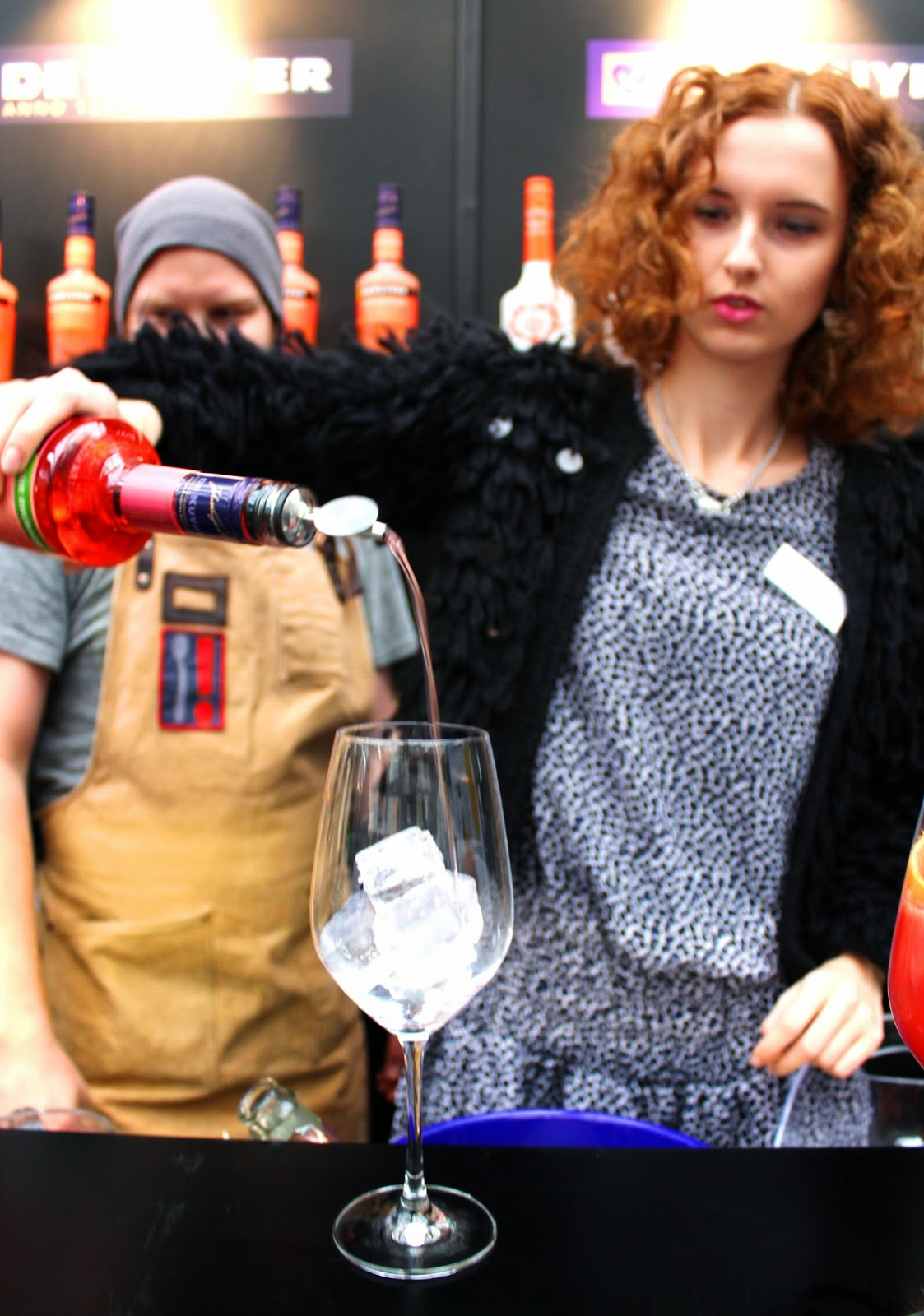 Finnish model Elina Isokangas making a drink in indiedays bloggers inspiration day