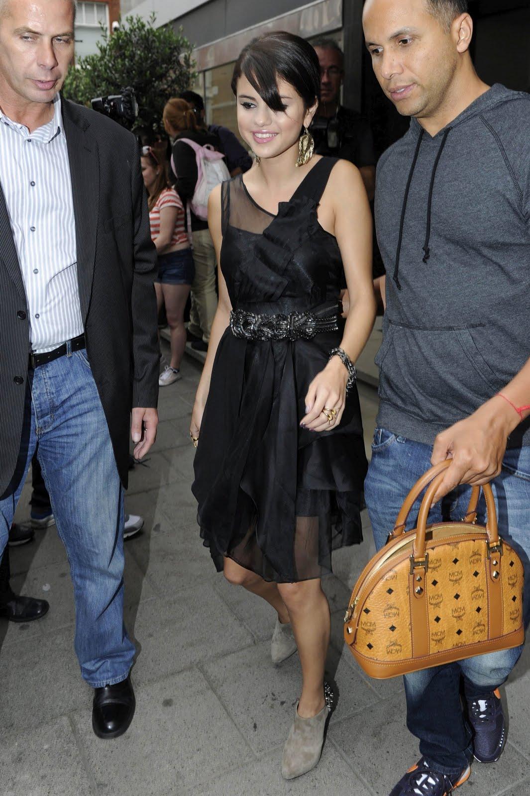 http://2.bp.blogspot.com/-mIBPAFOrEn8/ThSRfGqDGKI/AAAAAAAAAFw/PbPQ-pnEZmw/s1600/Selena-Gomez-blackdress-london%2B%25284%2529.jpg