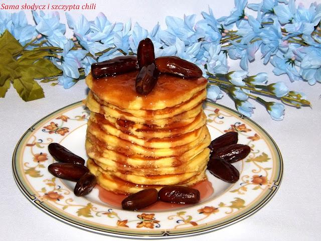 Pancakes z soko -  miodem  żurawinowym i daktylami .