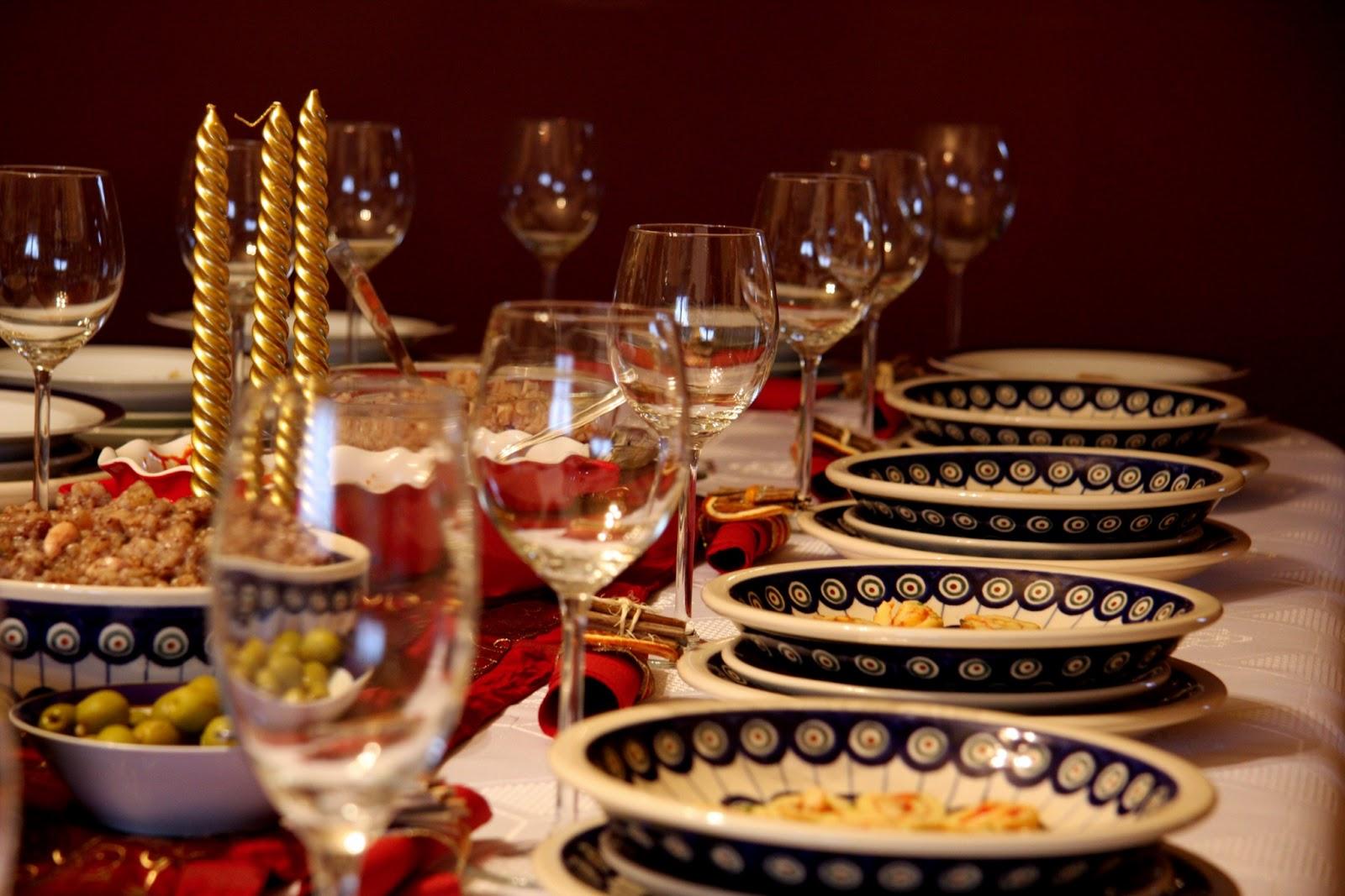 las comidas tpicas de estas fechas varan segn las regiones y los pases son comidas sencillas como la olla o el cocido de navidad