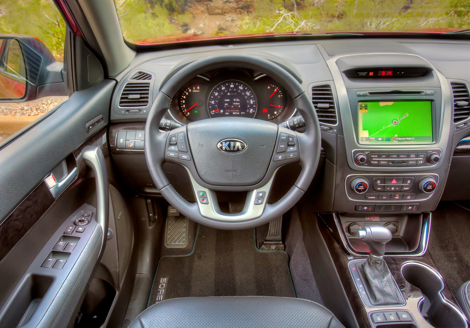 Instrument panel of 2015 Kia Sorento