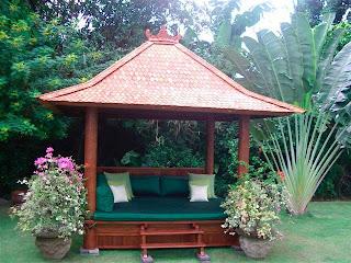 Perpaduan taman dengan gazebo saung bambu