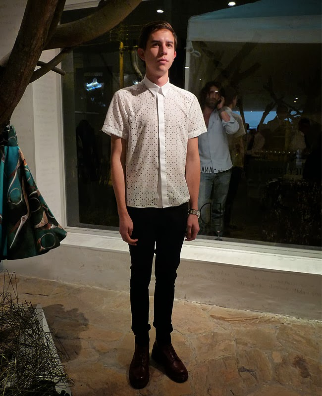 street-style-men-fashion-white-shirt-skinny-black-pants-burgundy-boots-como-una-aparición