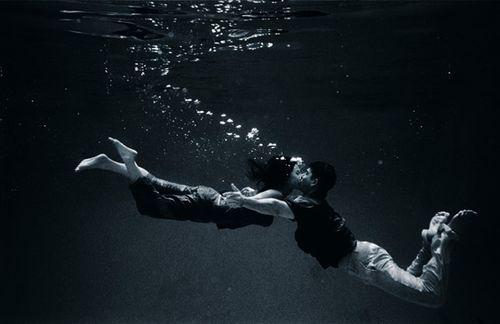 Lomba Ciuman Dalam Air Paling Lama Menang