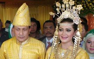 Foto Pernikahan Bella Saphira dan Jenderal Agus Surya