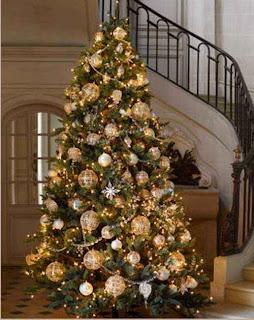 Arbol de navidad con muchas bolas