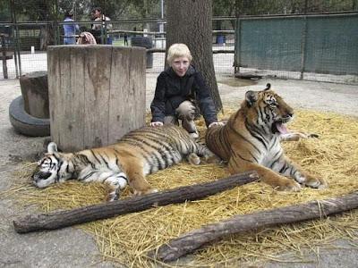 Berfoto dengan binatang buas di Lujan Zoo