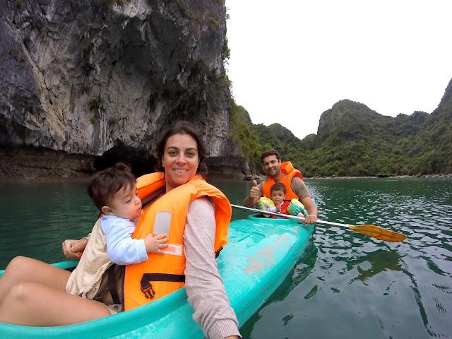 Caiaque com crianças em Halong Bay