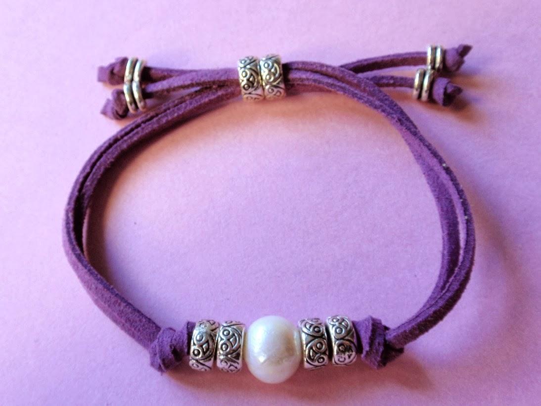 Pulsera ajustable en antelina color morado y perla de agua dulce