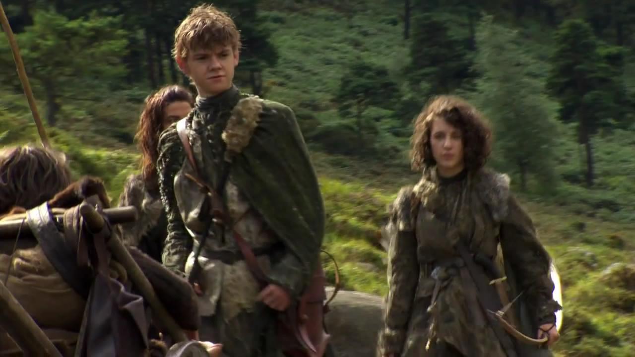 Thomas Brodie-Sangster como Jojen Reed y al lado, un poco desenfocada Ellie Kendrick  como su heremana Meera Reed.