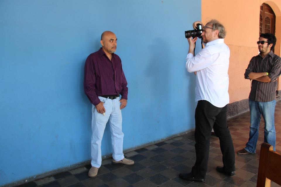Daniel Mordzinski fotografiando a Juan Carlos Lemus en Granada, Nicaragua, febrero de 2013. Observa el escritor nicaragüense José Adiak Montoya. Foto: María Eugenia Ramos.