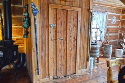 Дверь из дерева, ручная работа.